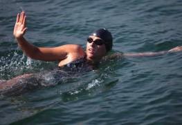 Chloe McCardel abandonne à cause des méduses